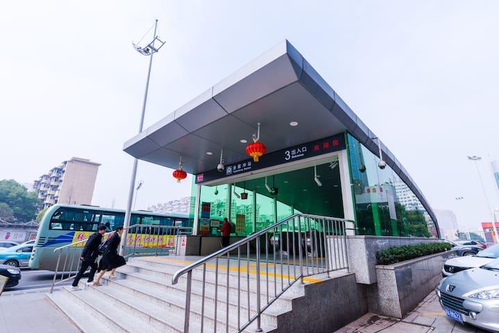 中远公馆•下楼即是地铁一号线涂家冲站三号出口清新蓝两室一厅(可长租、可开票)