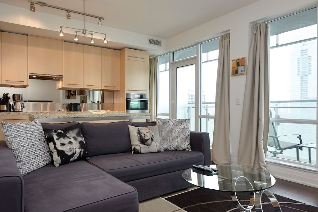 Very comfortable open concept living space to appreciate the Stunning views from over 37 stories high!