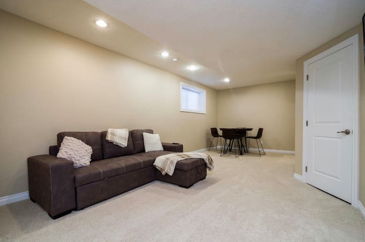 ⭐️2 WEEK DISCOUNT⭐️ 681 ft² Private Suite, Laundry