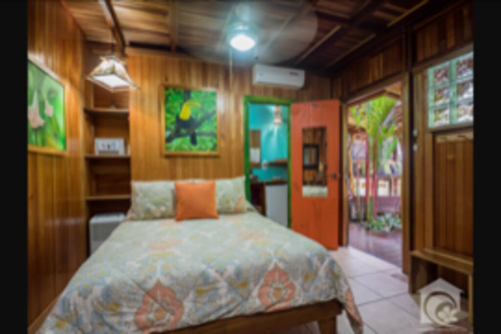 Beautiful bedroom with private bathroom, A/C, Wifi, Apple TV with Netflix, Safe and fridge.