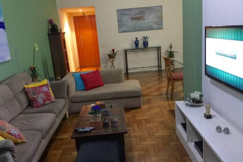 sala de estar com TV a cabo com 90 canais + computador na TV, Internet rápida Wi Fi