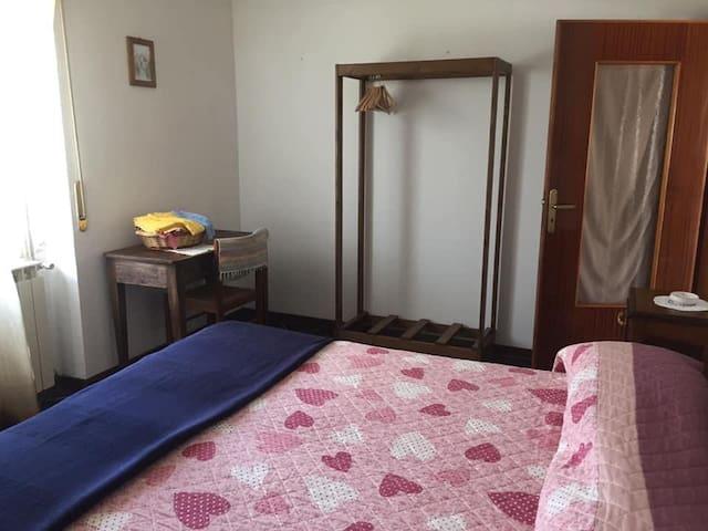 camera matrimoniale con possibilità di aggiungere lettino a gabbietta per bimbi piccoli oppure brandina