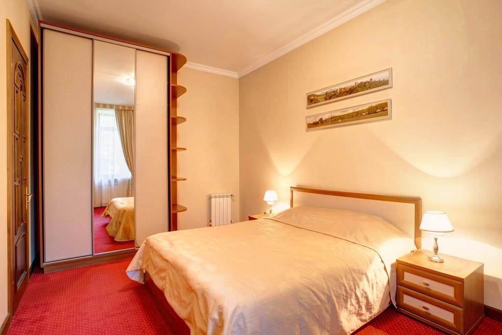 Спальня с двуспальной кроватью