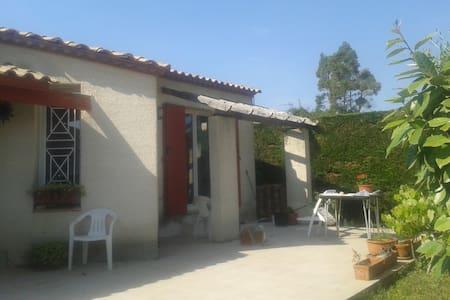 petite maison dans petit village - Valergues - Haus