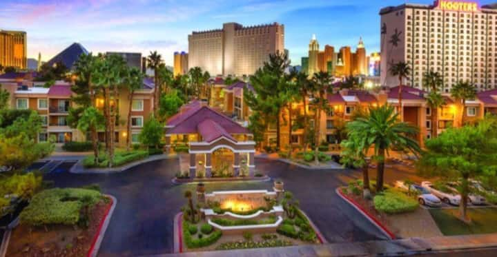 Lux 2 BDR condo 1/2 block from the strip.