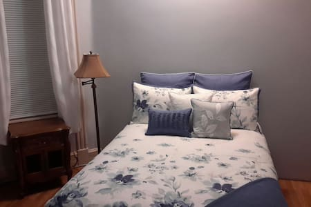 Adorable Large Bright Private Bedroom. - Staten island  - Дом