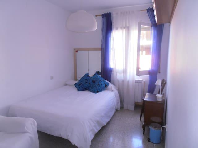 Habitación amplia y bonita. Dalí, Cadaqués, playas