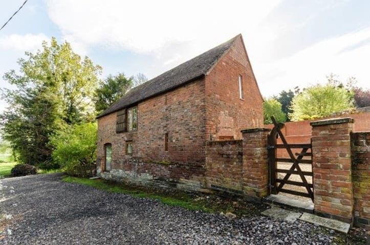 Historic barn with hot tub - Twyning
