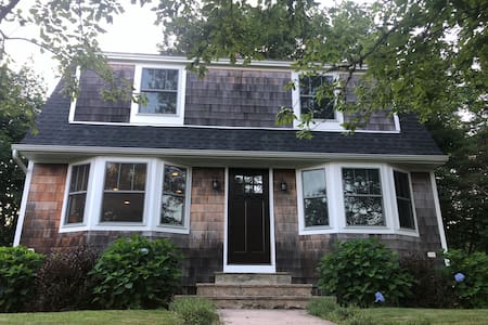 Lovely home 5 minutes from Westerly Beaches!