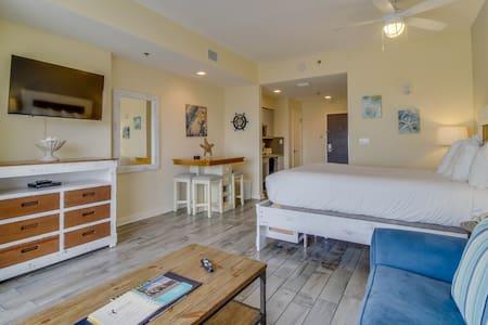Ocean view studio w/ shared pool, hot tub, nearby beach - snowbirds welcome!