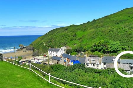 Beach cottage in Llangrannog - yards from the sea!