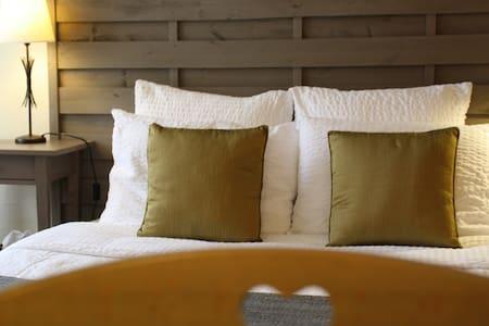 Proche Sarlat, Chambre dble lit 140 s.d'eau privée - Saint-Cybranet - Bed & Breakfast