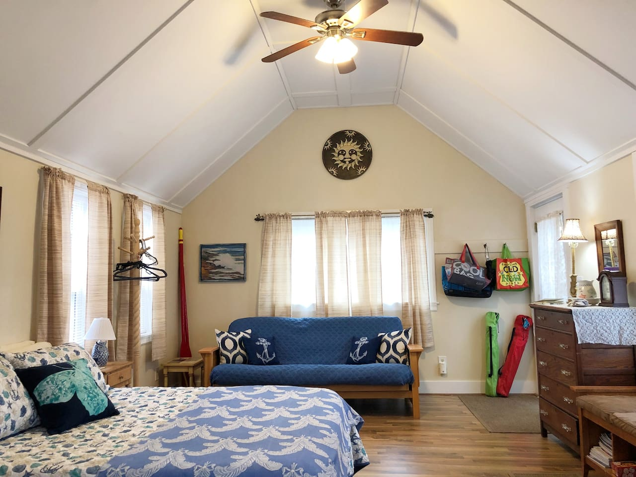 Bright and inviting space to relax and unwind!  Queen bed and double futon couch