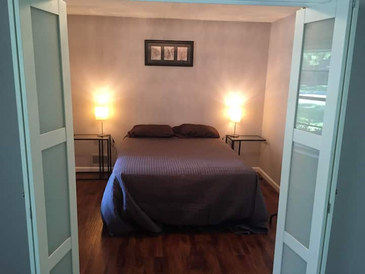 Queen Bed Irving DFW w/ in-room TV & 24/7 Access
