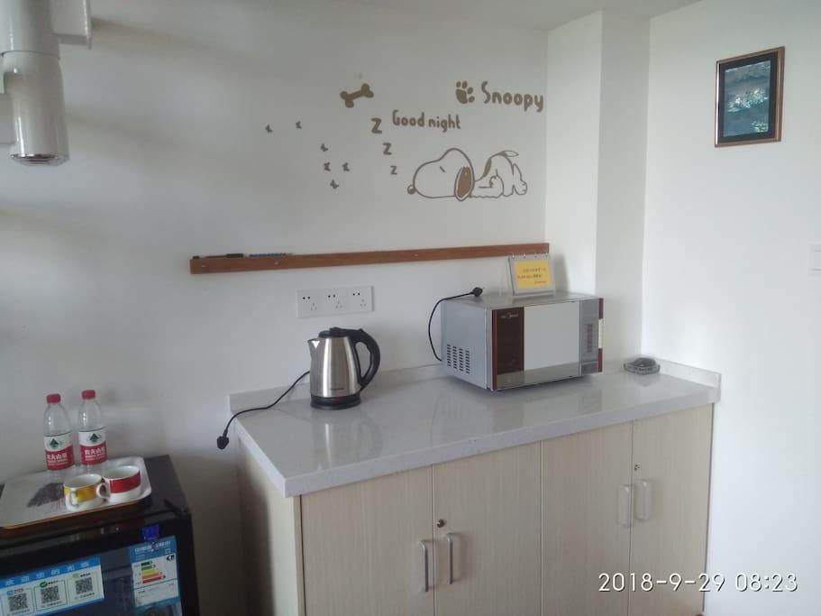 mini吧、橱柜、微波炉及热水壶