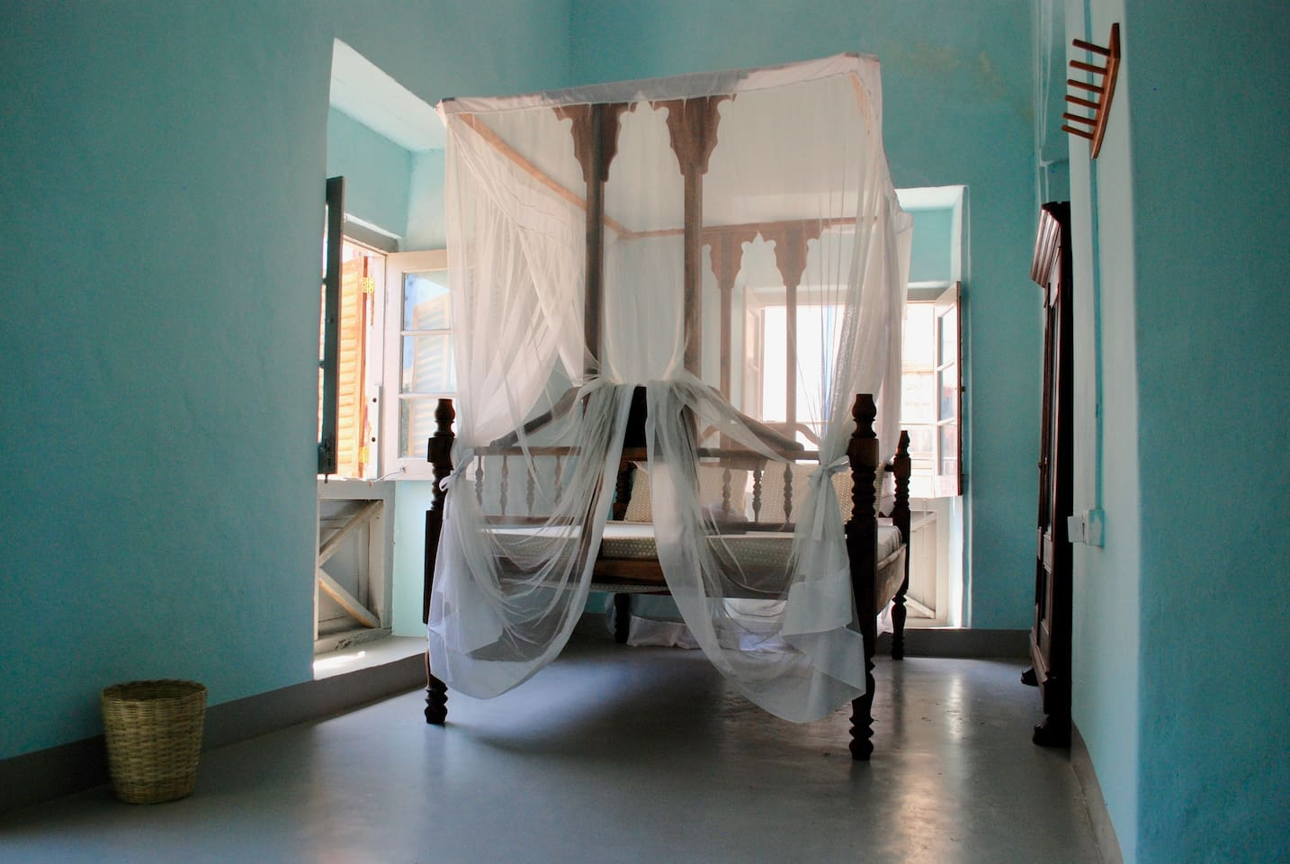 A unique, light and spacious bedroom in the heart of Stone Town with three windows (1 with seaview, 1 with small alley/building view and 1 view street view). Extra big Zanzibar-style handmade wood double bed (150x200cm), mosquito net, ceiling fan, closet with mirror, wooden hooks for clothes/towels and a table with chair.