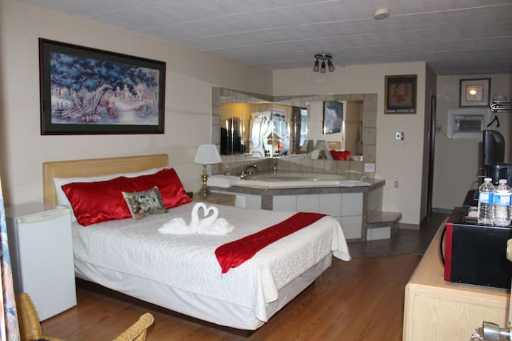Honeymoon suite with jacuzzi tub - Niagara Falls