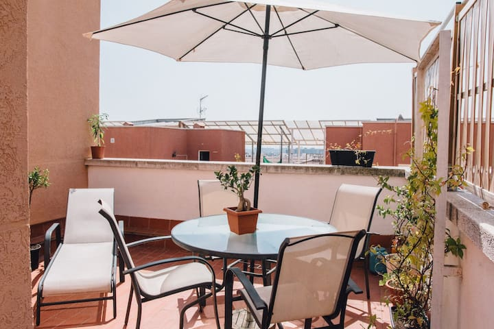 Hab doble en casa con terraza y vistas a Barcelona