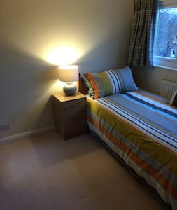 30 Mins Train to Central London - Walton-on-Thames - House