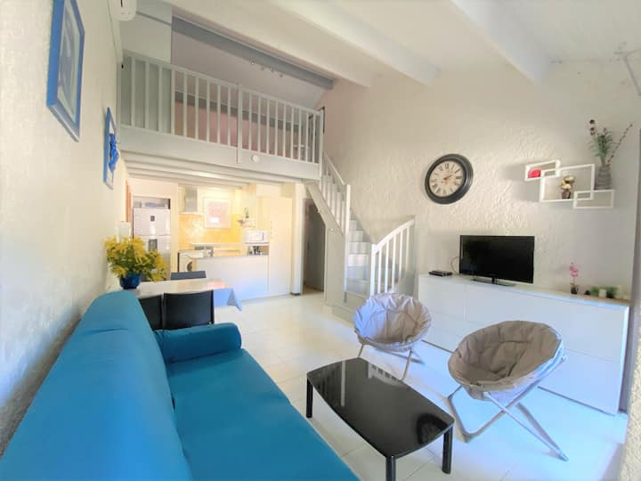 Nice air-conditioned mezzanine studio with walking access to San Ciprianu beach.