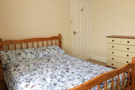 Comfy double room in house close to Exeter Quay