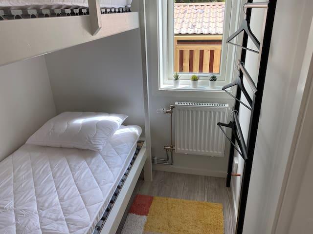 Sovalkov med platsbyggd våningssäng.