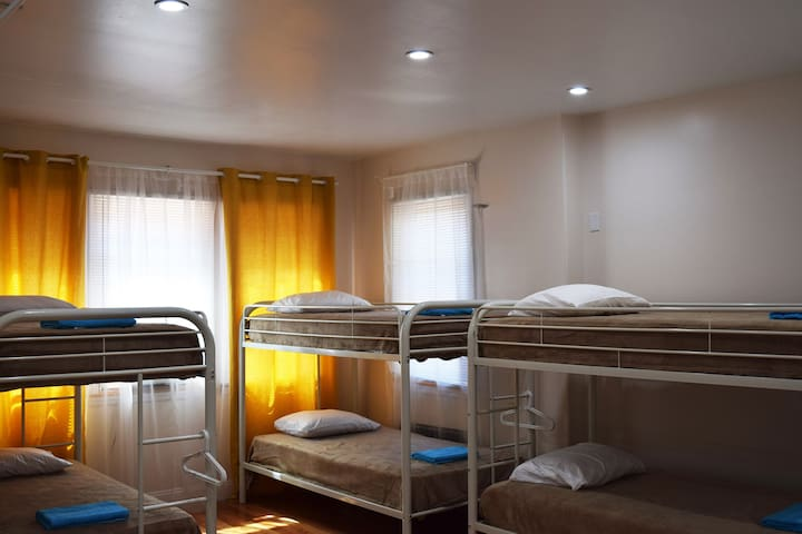 RIO a house for friends! Room with 8 beds (4-5) - Brooklyn - Bed & Breakfast