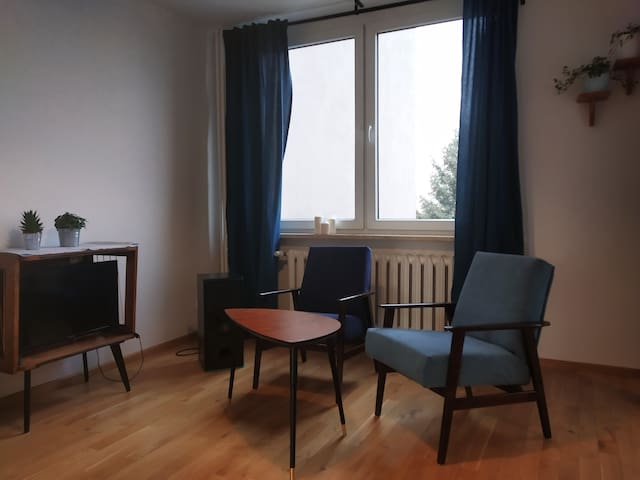 Spacious room with a balcony close to the subway