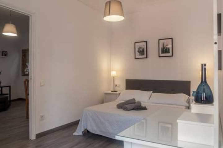 GRC3# Spacious room in Gracia (A/C)