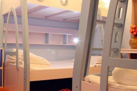 青岛市中心的豪华版青年公寓,4人间床位一个,赠青岛特色美食一顿哟。 - 青岛