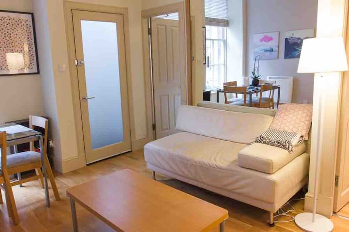 Heart of Edinburgh, private Georgian apartment