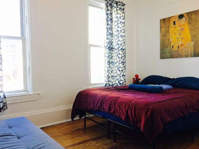 PRIME WILLYB!! Sunny Room Queen+Futon off Bedford!