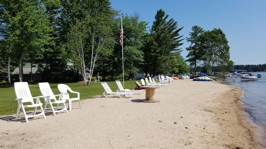Lakefront Romantic Cottage. WiFi & Directv. Relax. - Gaylord - Kabin