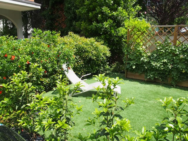 Guest's garden with sunbed and ping pong table