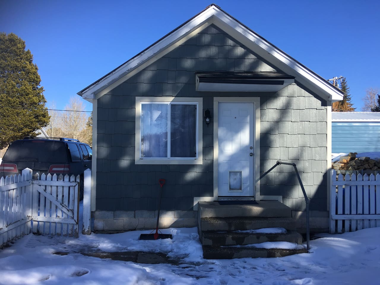 """""""The Weary Traveler"""" Charming older 1 bedroom, 1 - 3/4 bathroom, and a sofa sleeper home that is centrally located in Pinedale, Wyoming. Everything is within walking distance from the home. Pet friendly"""