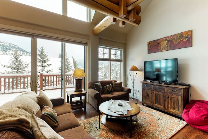 Quiet condo w/ private hot tub, near Town Center, 6 miles to lifts