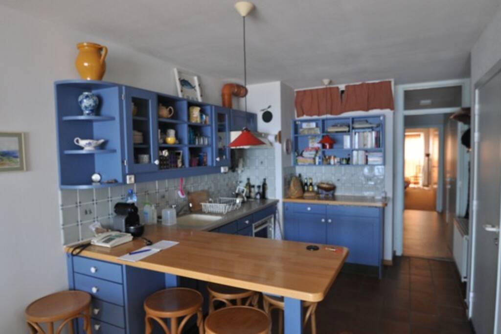 Keuken, bartafel, inductiekookplaat, oven/magnetron, nespresso