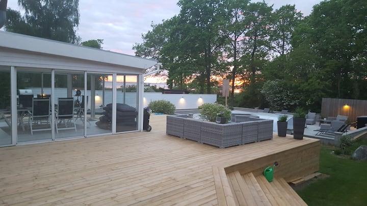 Underbar villa med pool, spabad och havsutsikt.