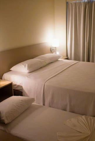 Quarto com a cama de solteiro em uso