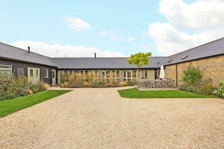 A pretty 4 bed Barn Conversion in quiet location. - Chimney - Hus