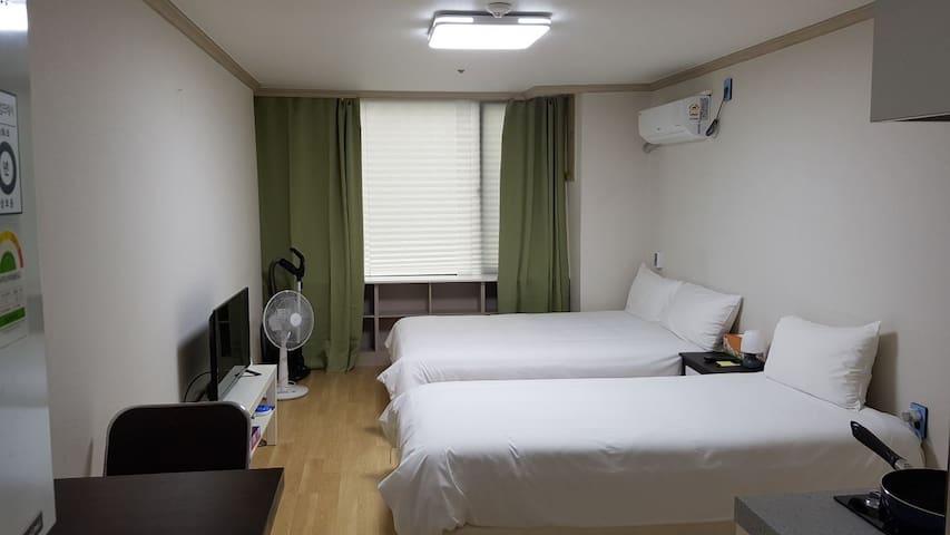 4)酒店式公寓,新罗免税店对过,有厨房和wifi,交通方便。独立房间卫浴。住宿可办免税店85折金卡。