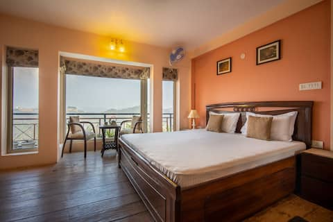The Wayfarer's Cottage   3bhk with mountain view