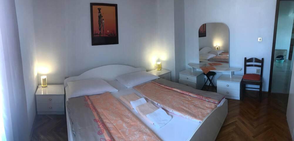 SOBA 1  prostrana velika soba sa iznimno velikim bračnim krevetom