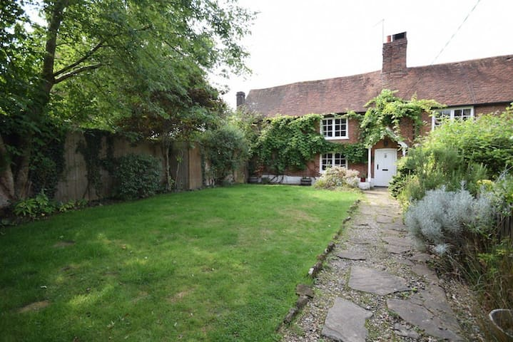 Beautiful Cottage in Horsham, close to a station
