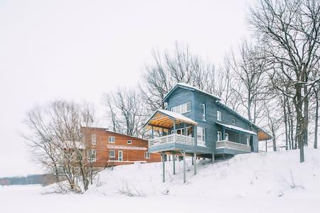 Синий Дом с камином до 8 спальных мест