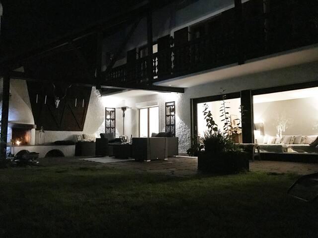 Atmosphärische Terrasse mit Außenkamin