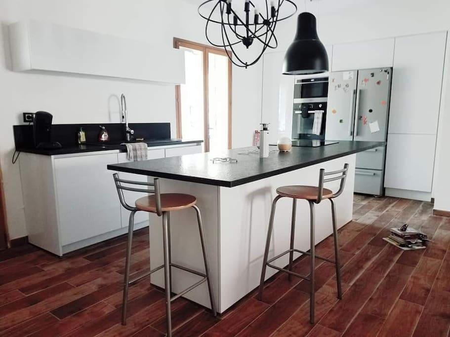 Cuisine Smicht installé en juillet 2018 avec plan de travail en marbre noir