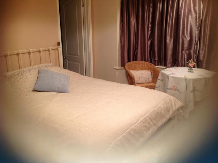 Ensuite double room. Parking. Railway + bus nearby