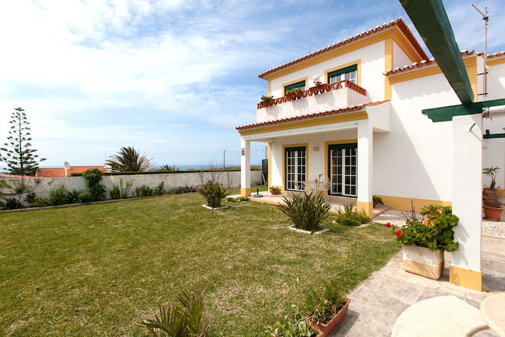 House with a big garden, barbecue and sea view