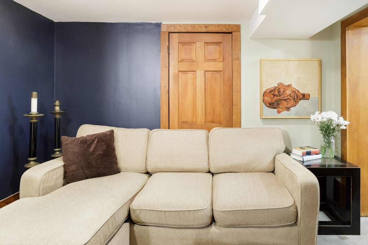 Large Guest Space with Private Entry in Rodgers Park House